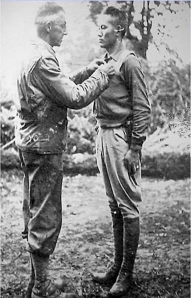 圖片7:史迪威代表美國總統羅斯福授予孫立人豐功勳章