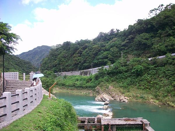 從橋上遠望基隆河水