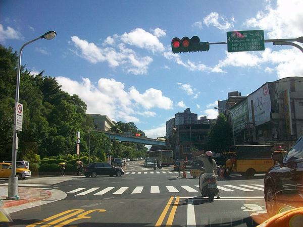 文山運動中心旁等紅燈.jpg