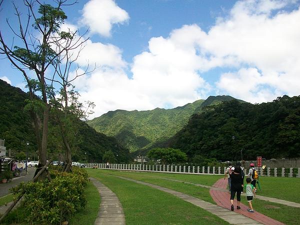 願景館前草皮及風景超美的