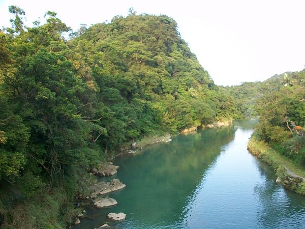 好深綠的河水