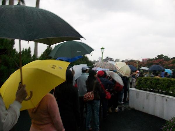 養生館前排隊人潮