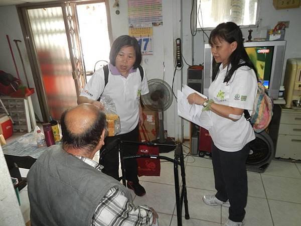 1040418南港區團委會-社區一起亮起來關懷老人與物資發放活動3.jpg