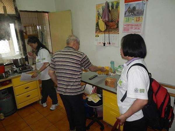 1040418南港區團委會-社區一起亮起來關懷老人與物資發放活動7.jpg