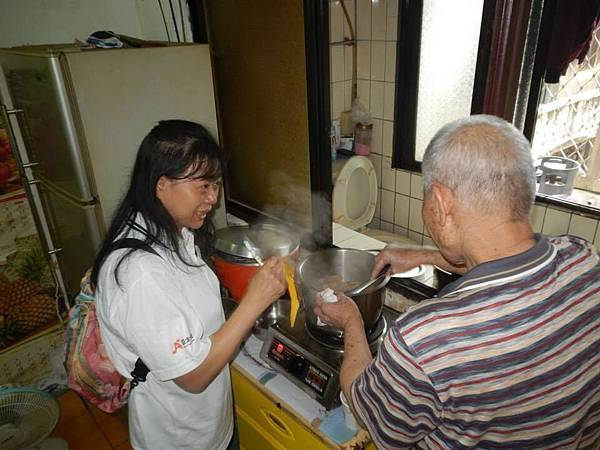 1040418南港區團委會-社區一起亮起來關懷老人與物資發放活動8.jpg
