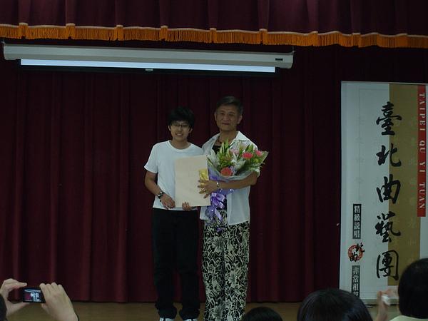 學生代表獻花給文彬老師