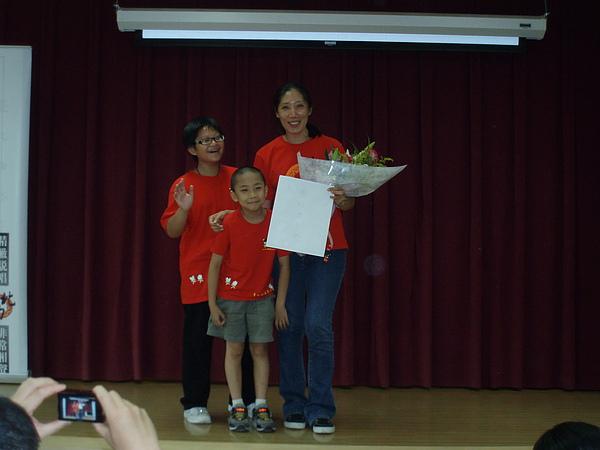學生代表獻花給怡均老師