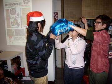 Dan杜跟藥丸 忙著幫要雲戴禮物