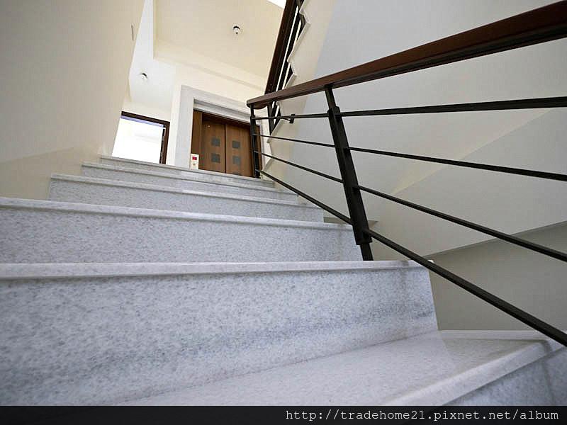 14.樓梯電梯.jpg