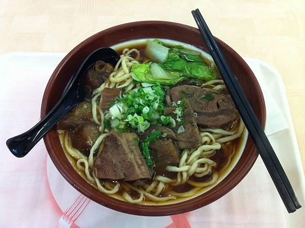 2011-0610-中餐-大碗半筋半肉麵,記得跟掌櫃說不要加牛油,清淡好吃不發胖。