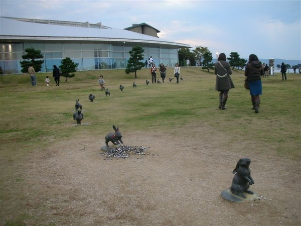 美術館後面的12隻兔子