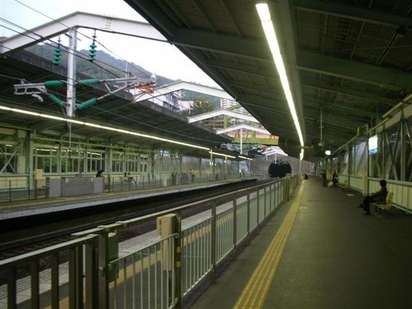 蓋在山洞間隙中的新神戶站