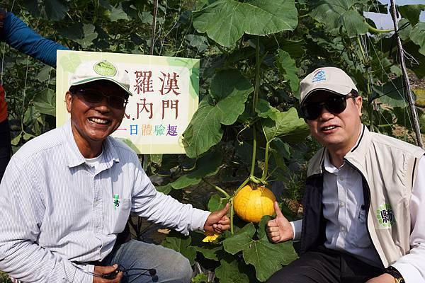 戴振耀(左)與觀光局長許傳盛分享刻南瓜體驗