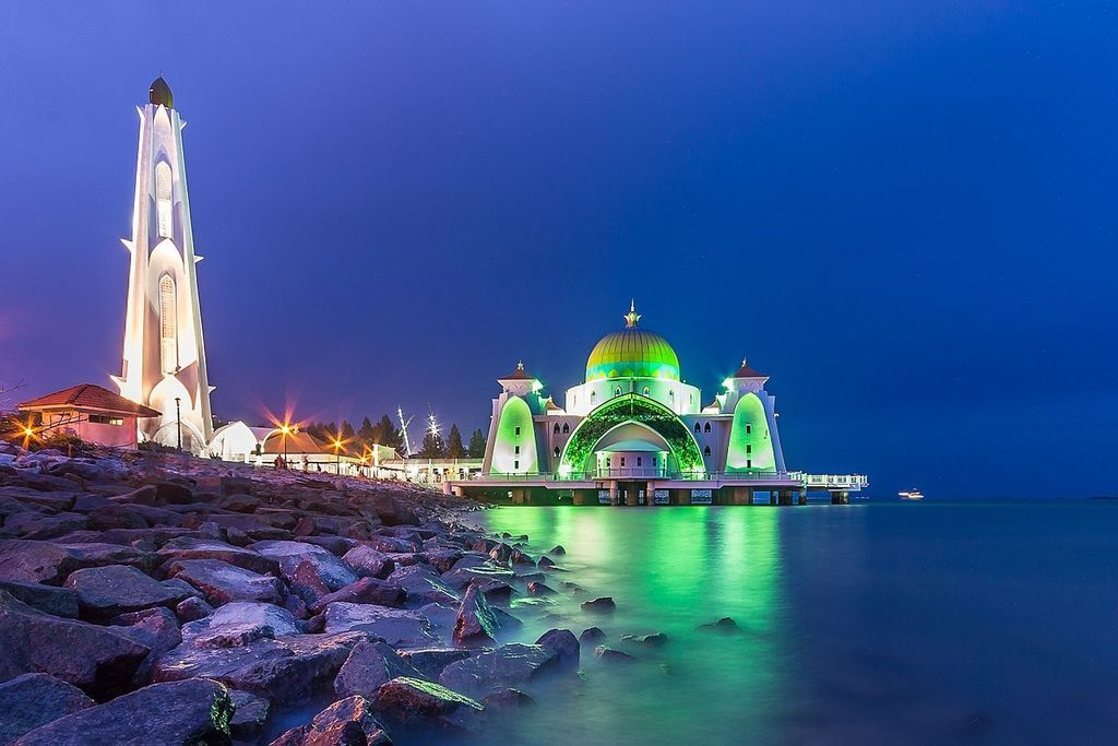 1280px-Malacca_Straights_Mosque.jpg