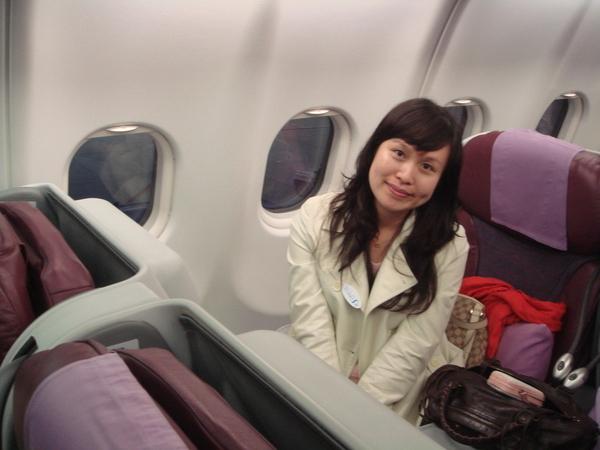 華夏艙呦~坐起來很舒適。。。但空服員很差勁