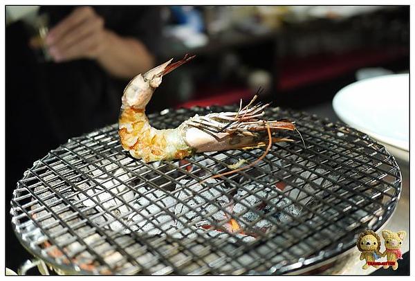 紅巢-黑虎蝦開始烤啦.jpg