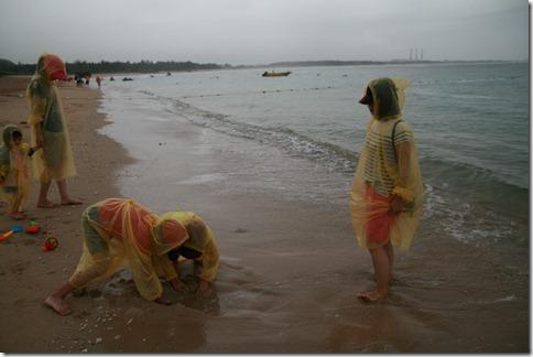 穿著黃色雨衣玩沙
