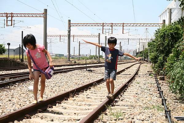 鐵道飛翔的小孩!