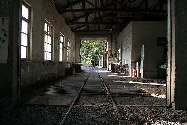 鐵軌經過廠房