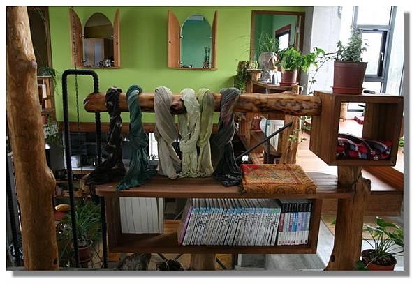 蘋果綠牆與書架