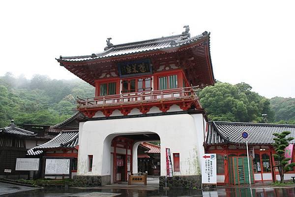 武雄溫泉也非常有名,位於溫泉鄉入口的樓門是象徵性建築物。