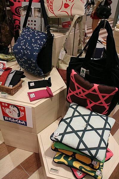 起源於博多的雜貨品牌OTAFUKUWATA,圖中結合可拆坐墊的包包讓你走到哪坐到哪(有沒有這麼懶啊XD)。