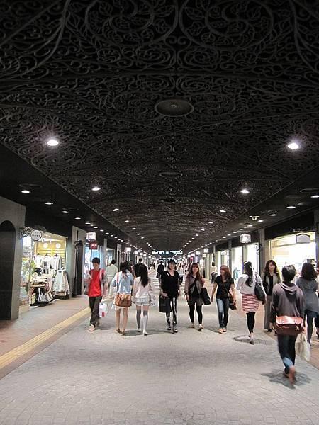 天神地下街,上百家的店面逛到腳都軟(所以才需要上圖的坐墊包包吧...)。
