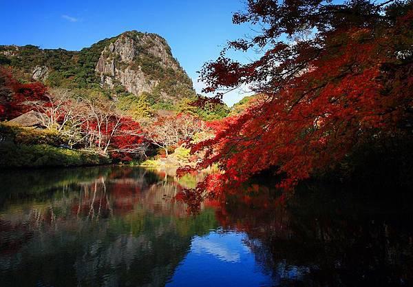 ▲秋天的御船山樂園,藍天紅葉倒映在湛藍湖水中,美不勝收!