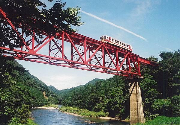 內陸線小火車穿過充滿詩意的田野溪谷。