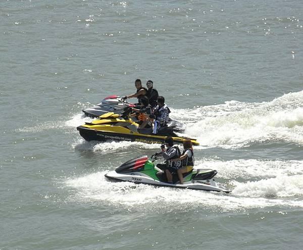 大阪灣的水上摩托車