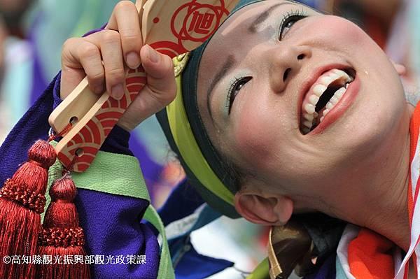 利用鳴子舞動演出的高知YOSAKOI夜來祭。