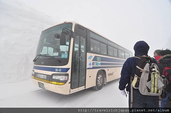高原巴士行經雪壁