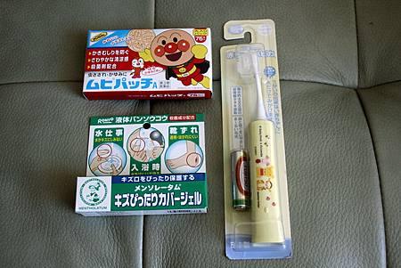 推薦的三個日本好物小孩子的電動牙刷曼秀雷敦防水凝膠及麵包超人貼布.jpg