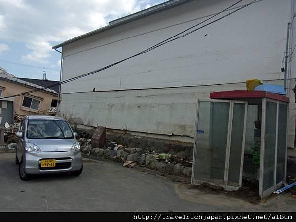 海嘯的高度是電話間的二倍。後面的白壁波跡注意!.jpg