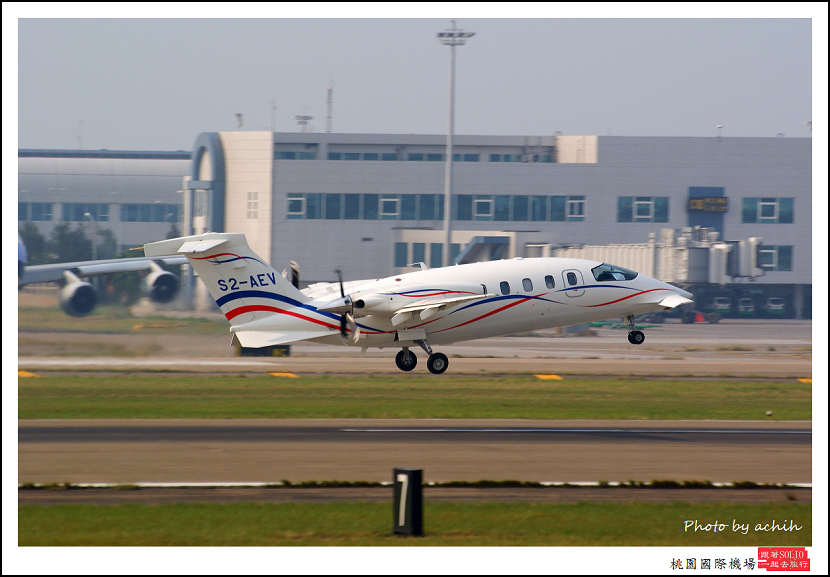 Piaggio P-180 S2-AEV005.jpg