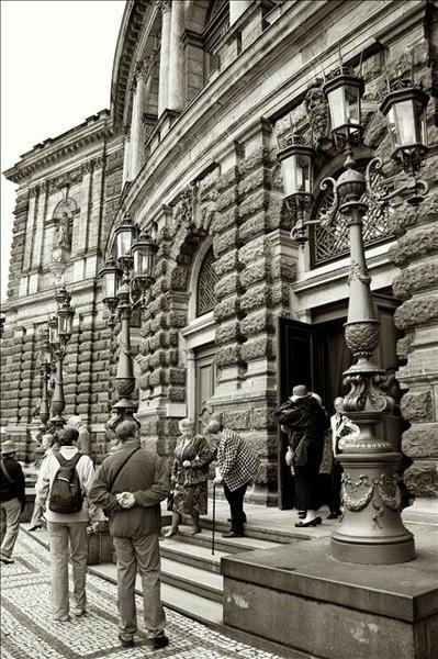 杉普歌劇院一側