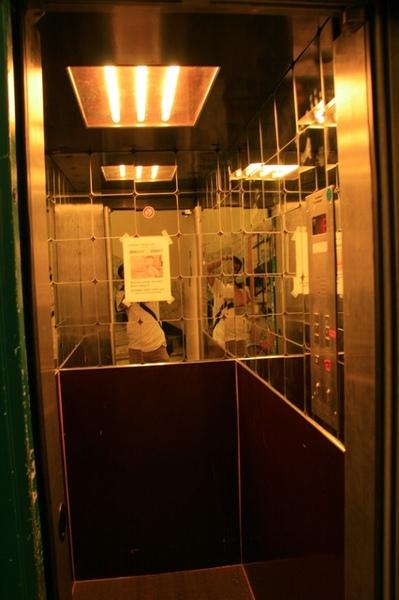 小巧的電梯內裝