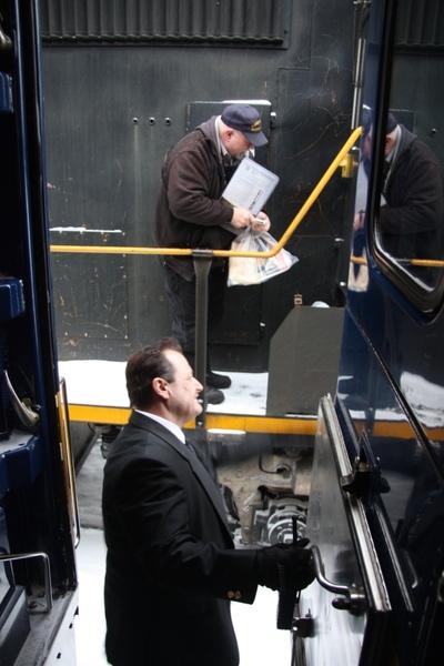 列車長與隔壁車的車長閒聊
