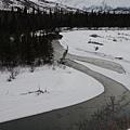 穿越雪地的河流