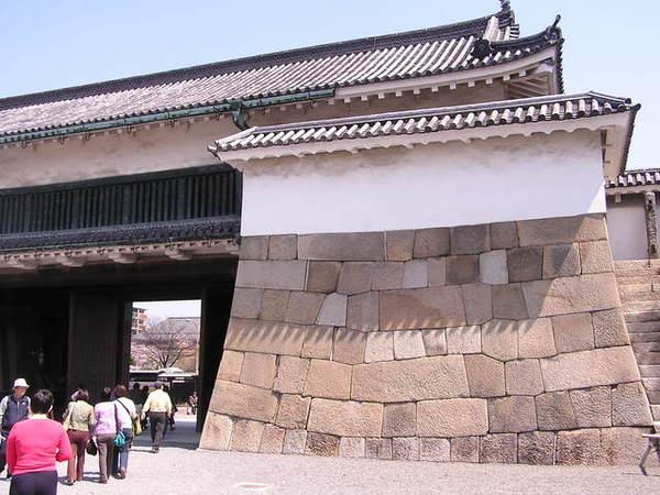 巨大的岩石蓋的城牆.JPG