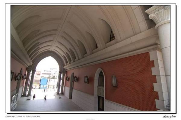 大門一進來的階梯,圓弧形的天井,歐式的感覺