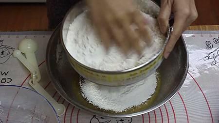 2 將第一紫攪拌均勻後 加入過篩的麵粉.jpg