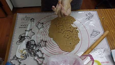 10 把吸管用薑餅填滿 製做樹幹.jpg