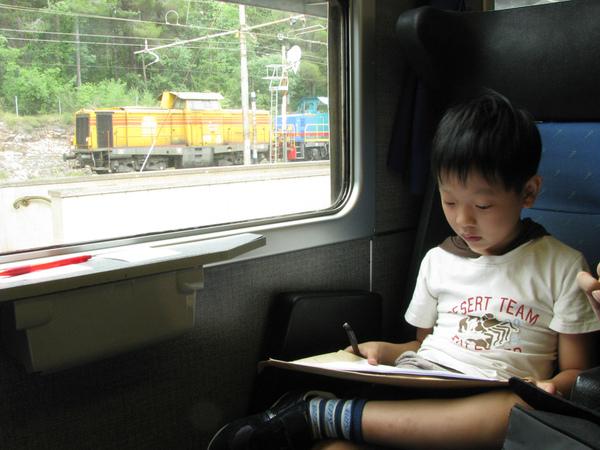小三在火車上畫圖