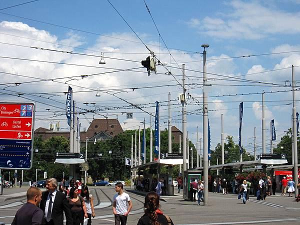 天空中的電纜線更是多到誇張