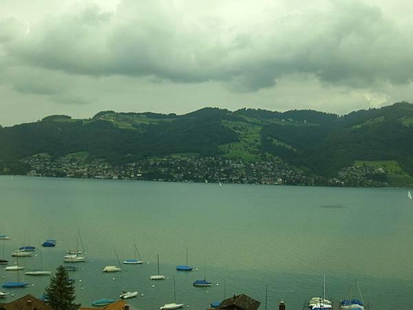 我一直覺得瑞士最漂亮的就是她的山坡,不同深淺的綠色以及錯落的木造房屋,是其他國家沒有的風光