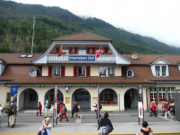 歷經2小時的車程後,到達Interlaken