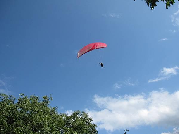 有人在玩降落傘