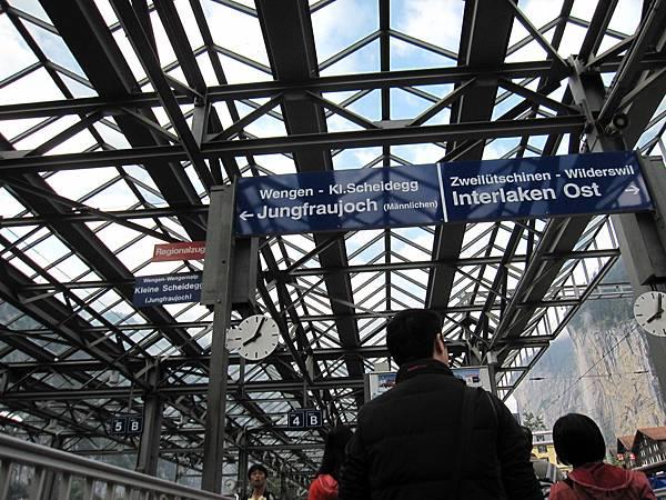 Day 4 上少女峰的日子,8:05我們已經在車站等待登山火車