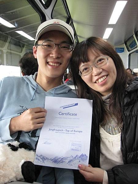 下山的火車上,跟蜜月的團友借了他們的紀念證書來偷拍一下照 :p